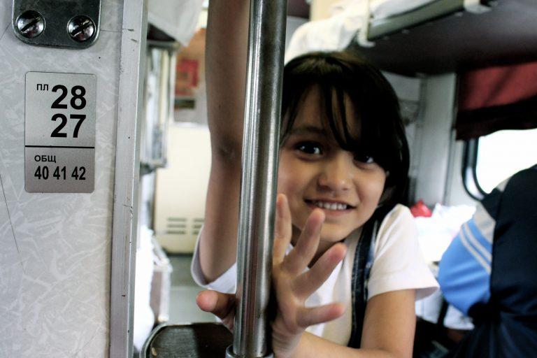 Niña sonriente dentro del Transiberiano