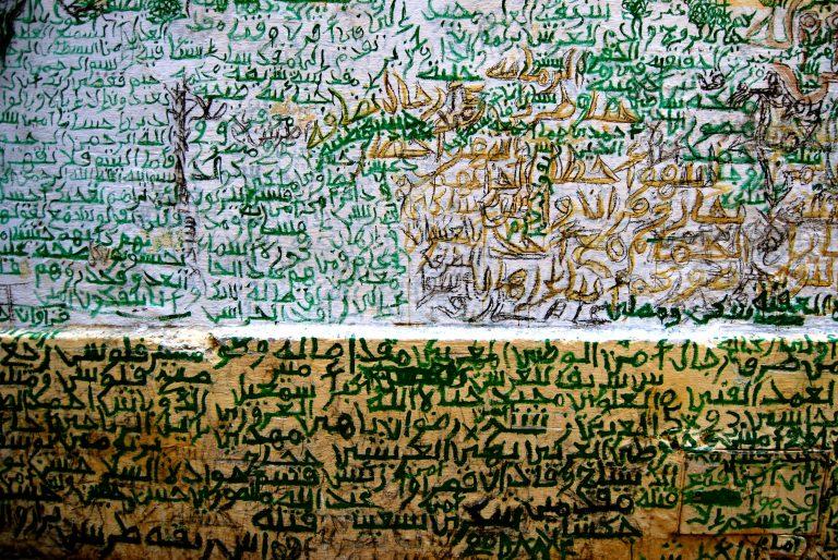Descubre qué ver y hacer en la medina de Tánger, paredes de Marruecos