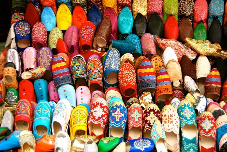 Descubre qué ver y hacer en la medina de Tánger, zapatos de Marruecos