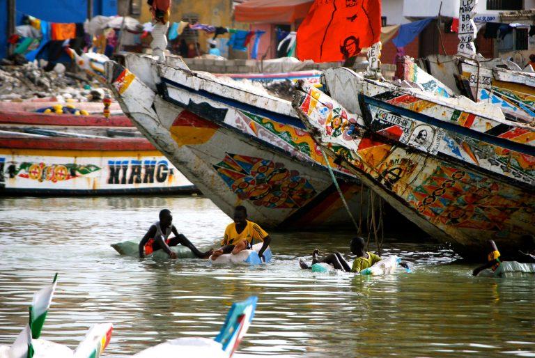 Pescadores bañandose en Saint Louis, Senegal