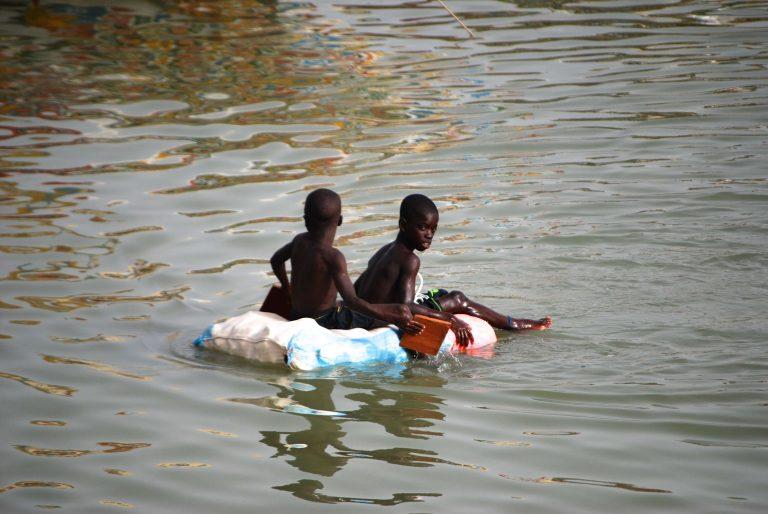Niños bañándose en Saint Louis, Senegal